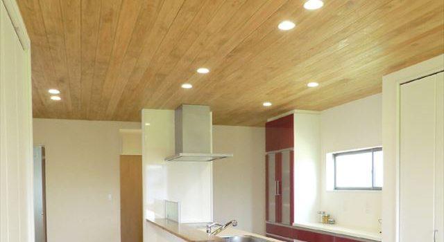 天井に無垢の板